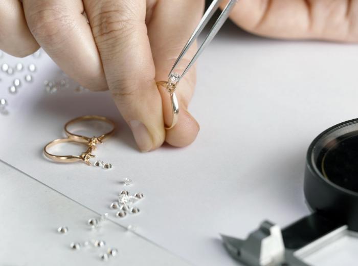 plaatsen van een diamant op een ring